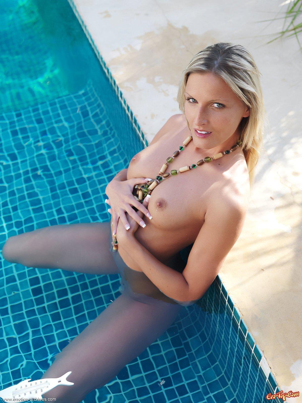 Светловолосая девушка в бассейне