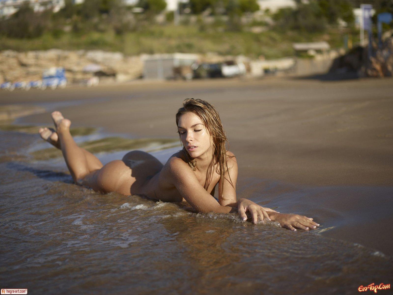 Голая купается в море