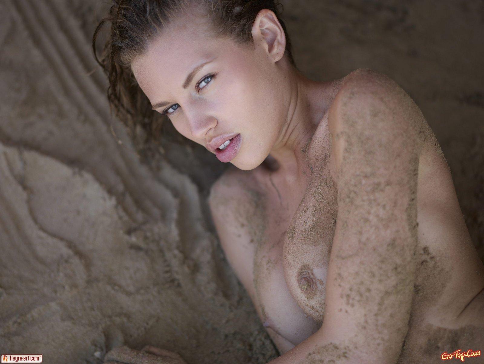 Голая девка в песке