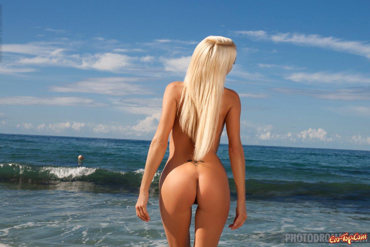 Блондинка разделась на пляже