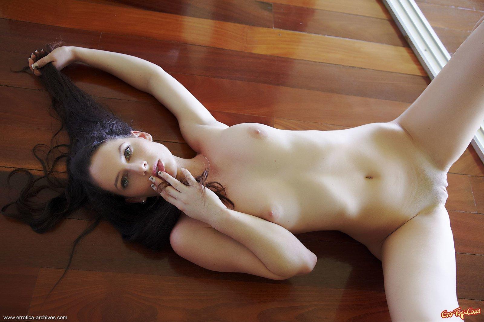 Голая брюнетка на полу