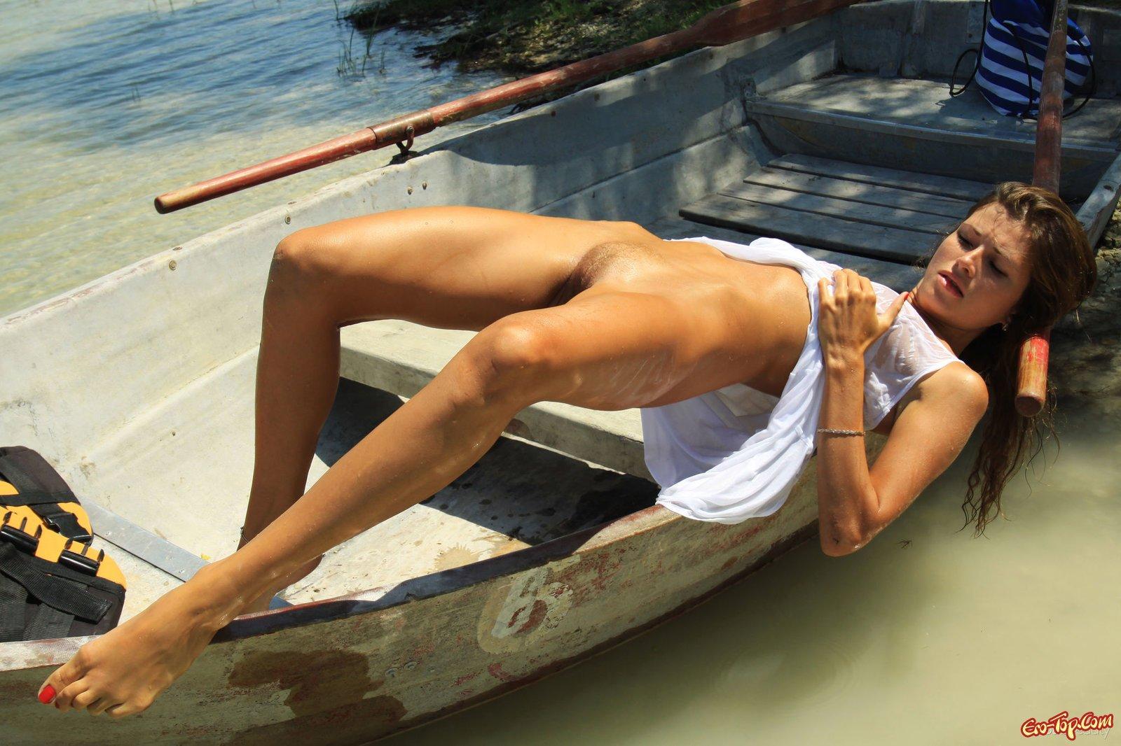 Голая на речке секс фото