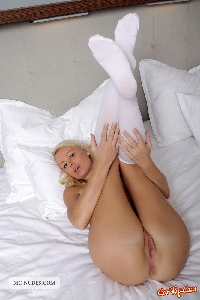 Блондинка в светлых гетрах