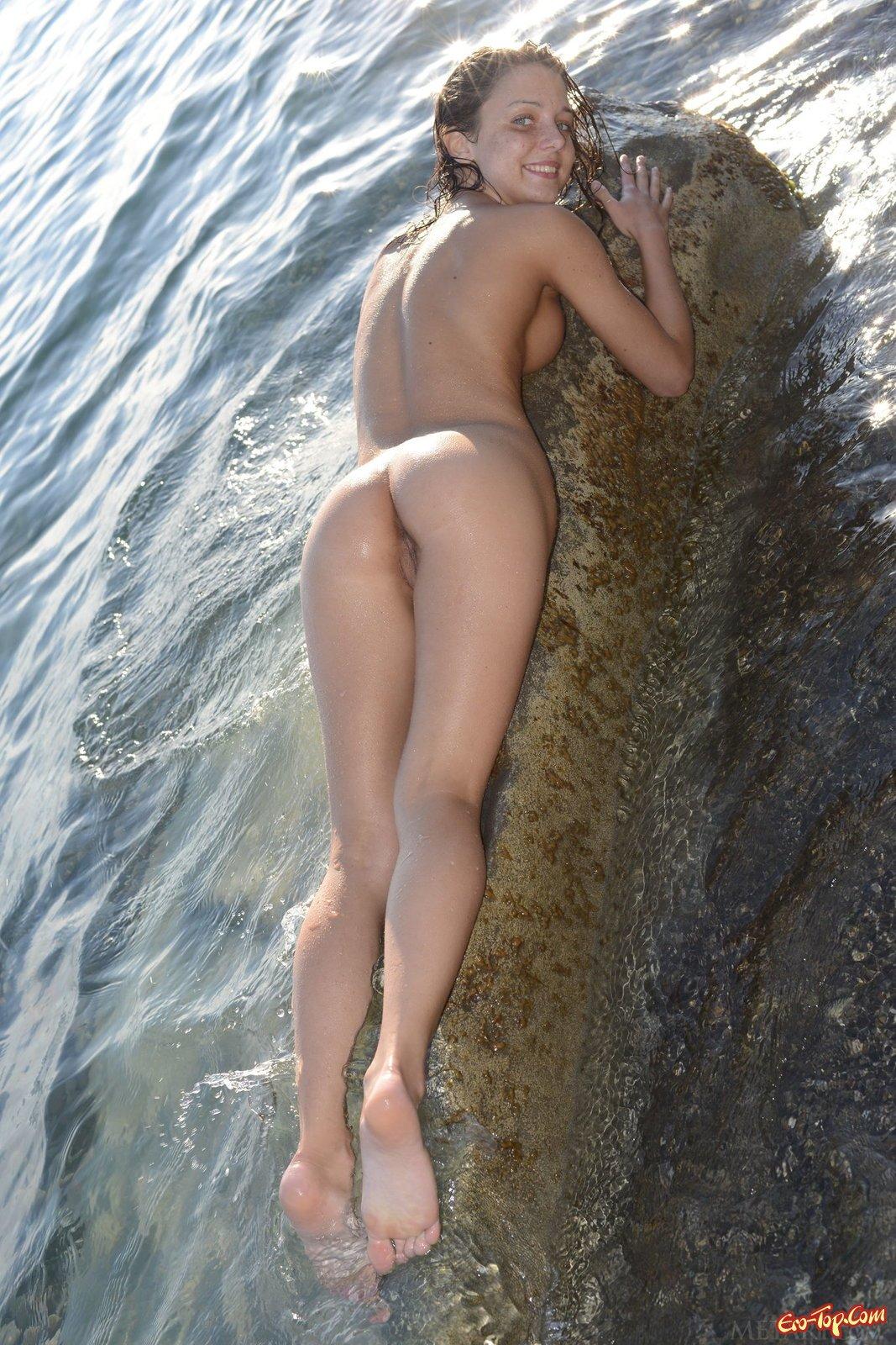 Плавает голая на море смотреть эротику