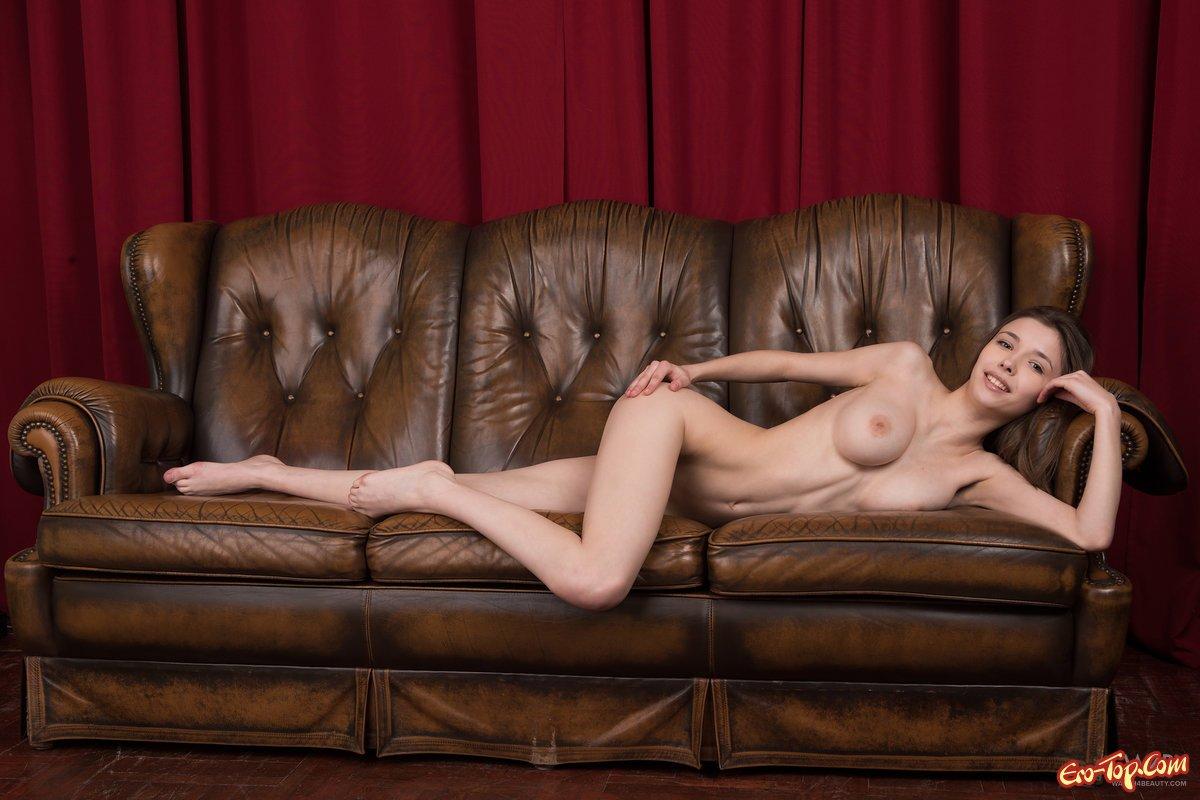 Грациозная с огромными сиськами секс фото