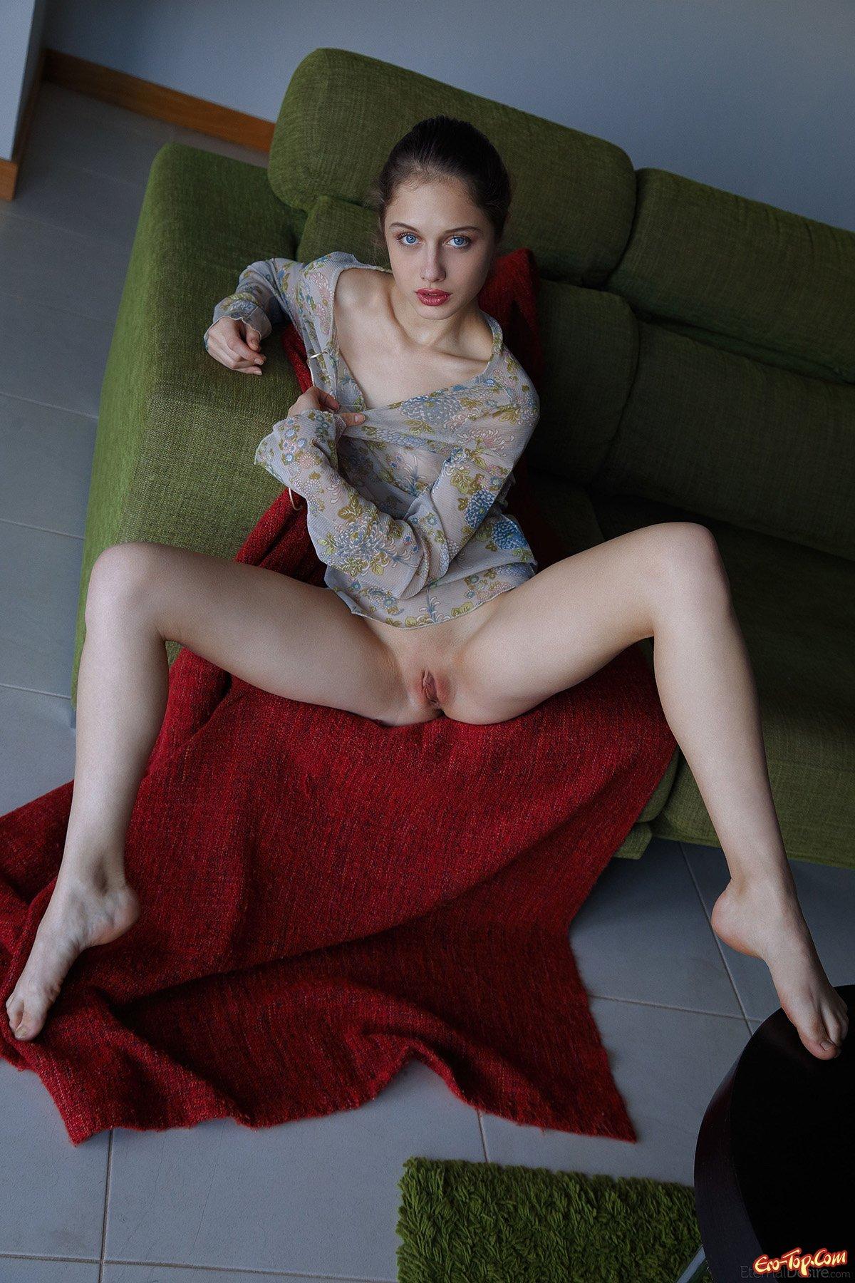 Красоточка скромно разделась смотреть эротику