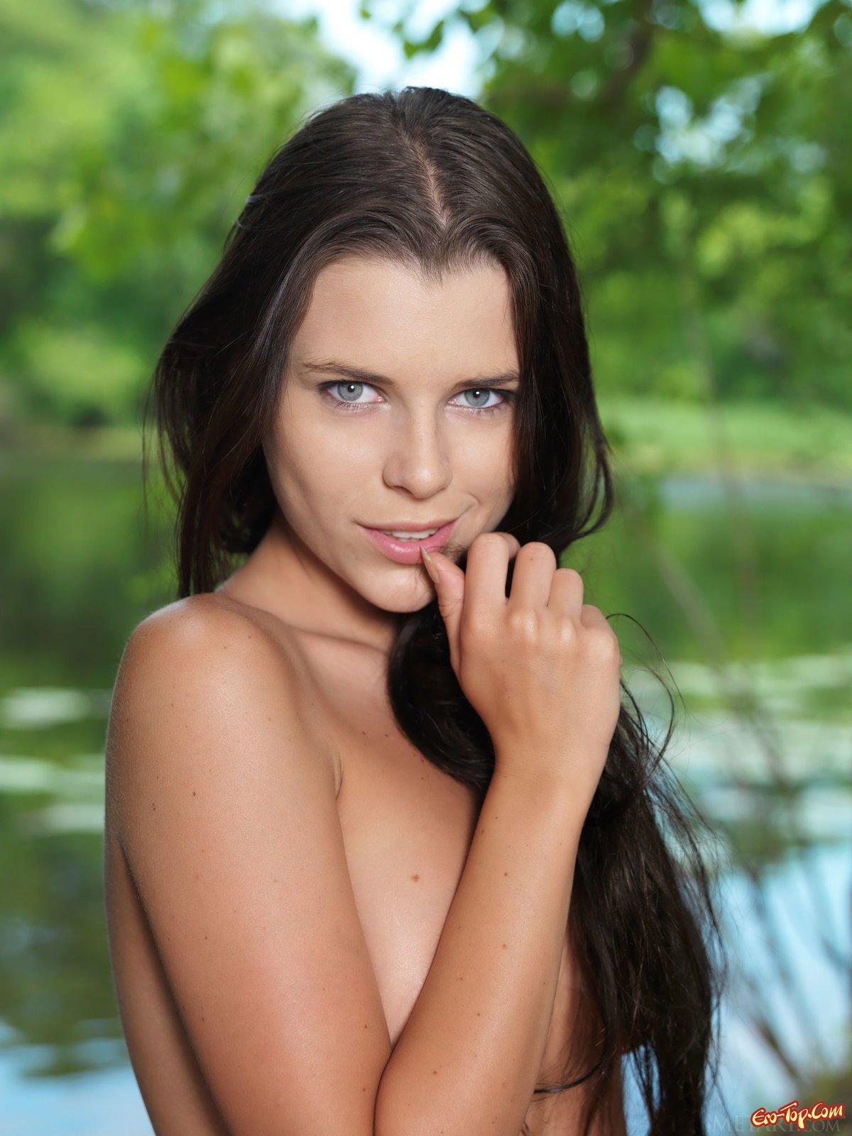Valeria Alexa на берегу пруда