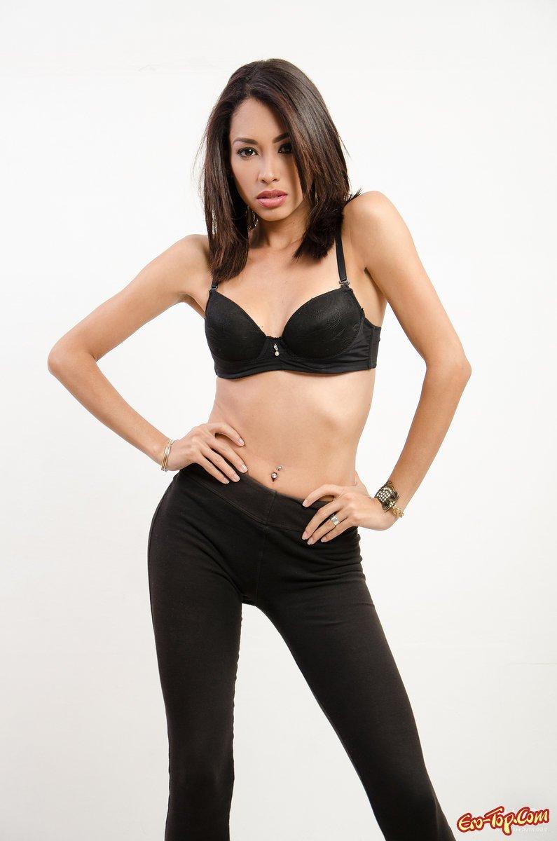 Красивая обнаженная азиатка