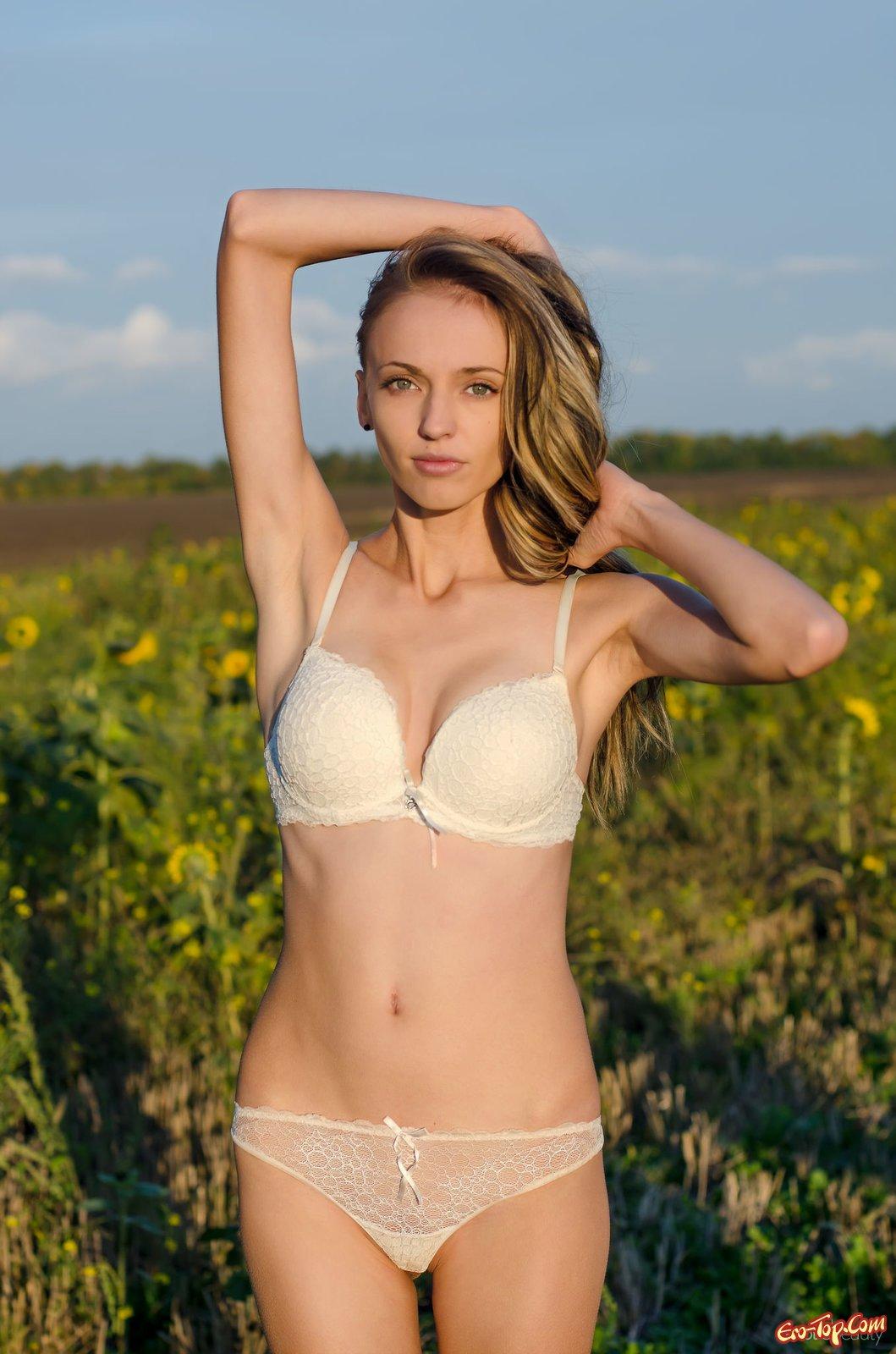Девушка на поле подсолнухов