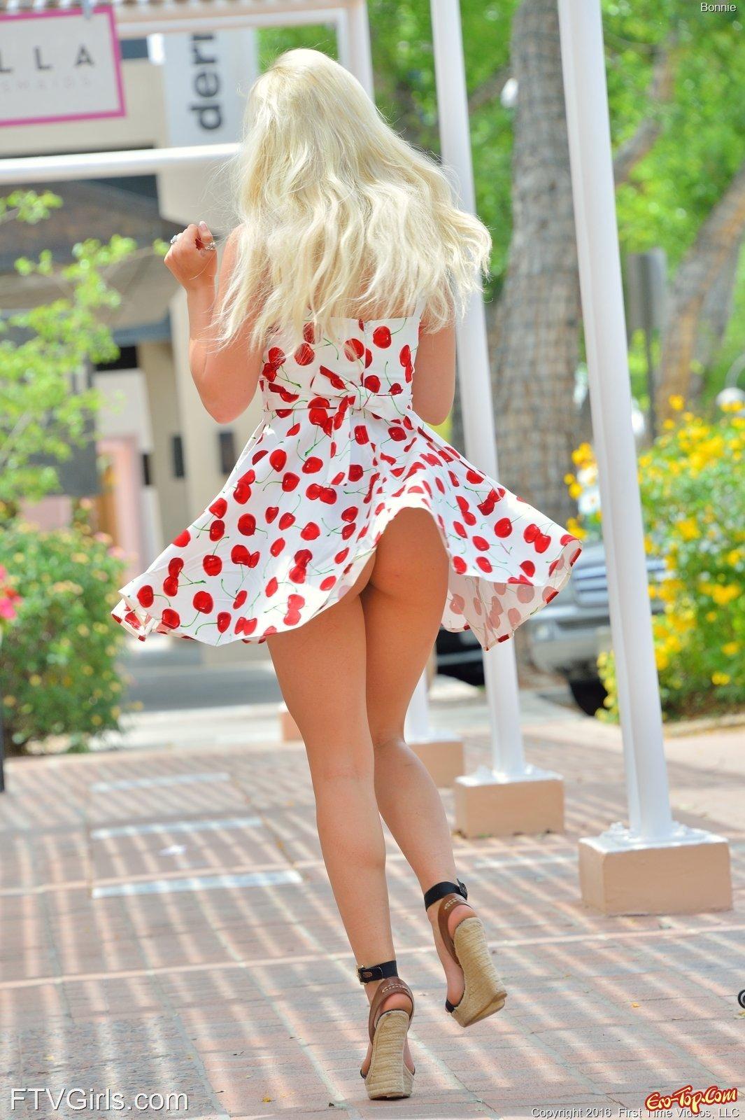Под платьем без нижнего белья секс фото