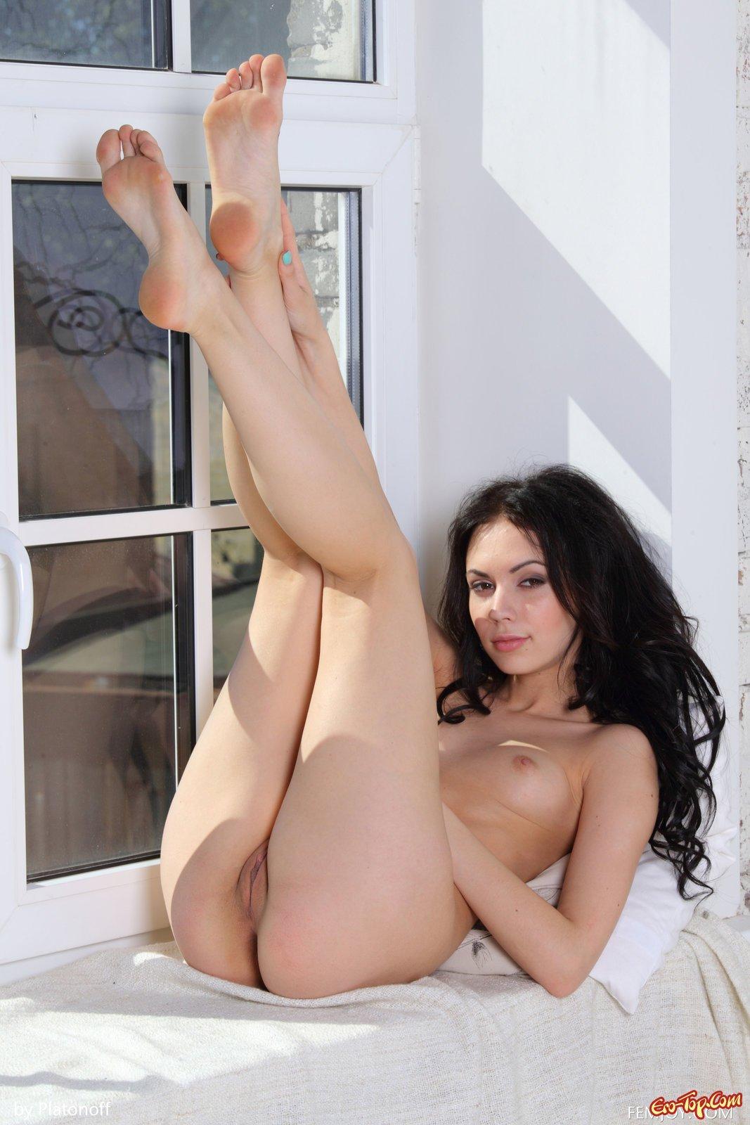 Сексуальная голая брюнетка