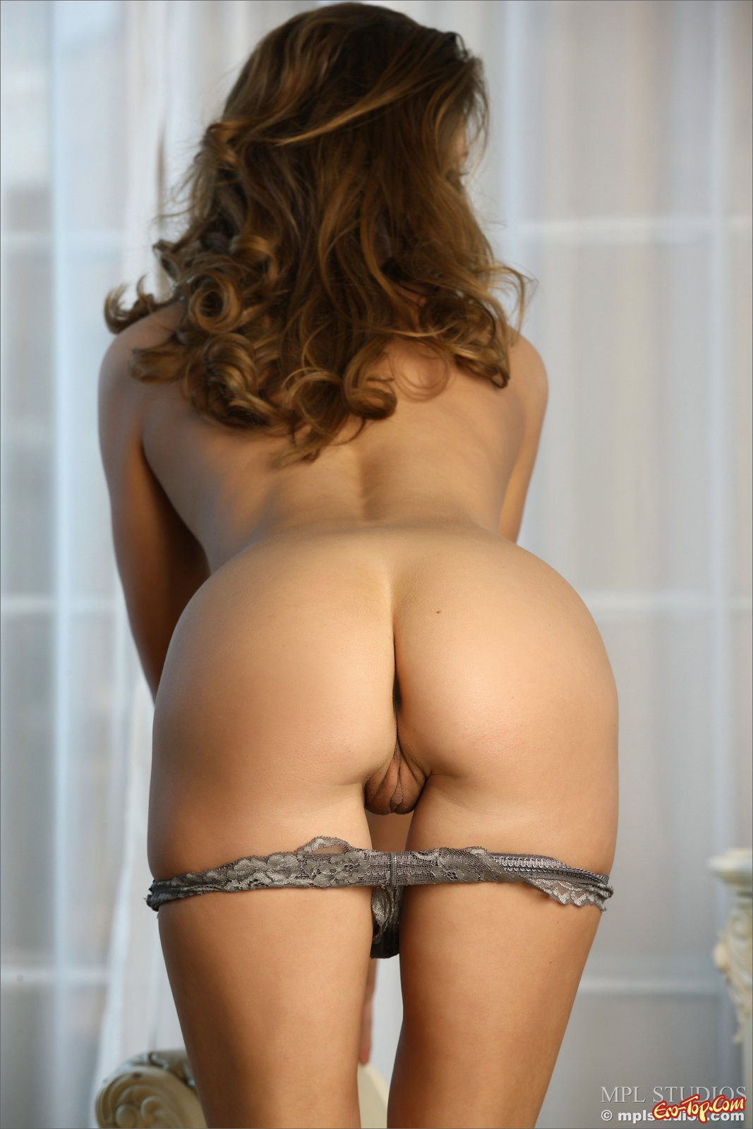 Девушка стягивает нижнее бельё