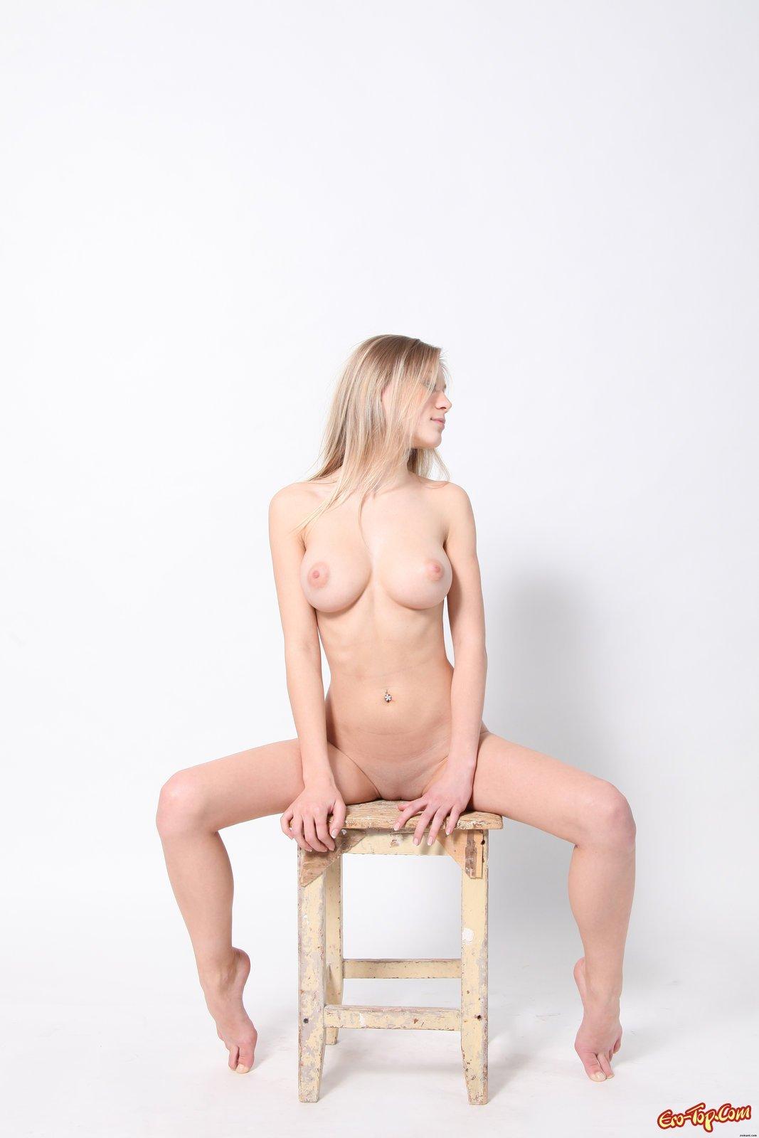 Грудастая блондинка разделась