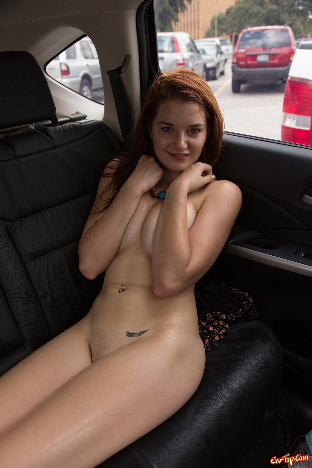 Рыжая девушка в машине