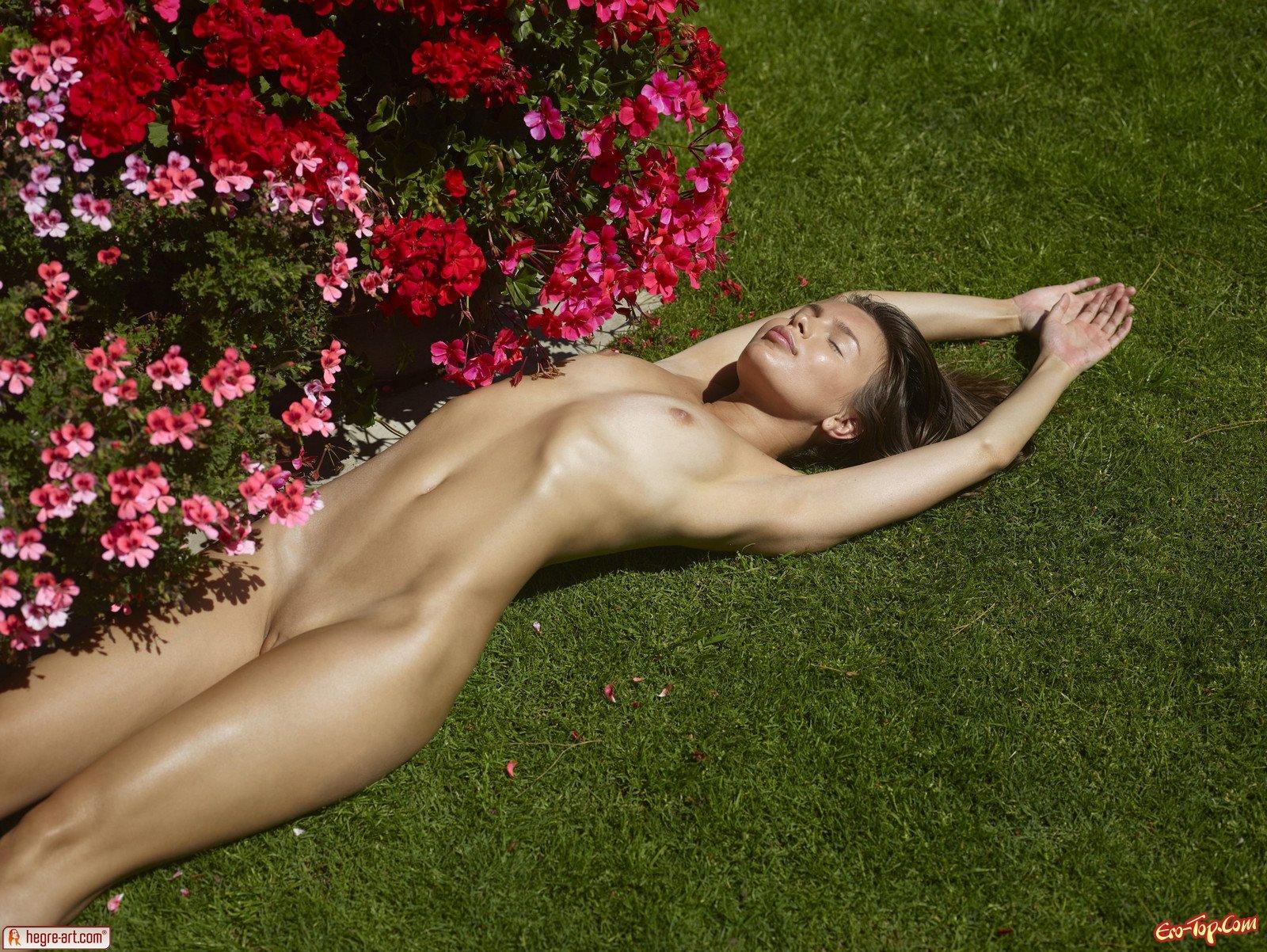Тёлка с цветами