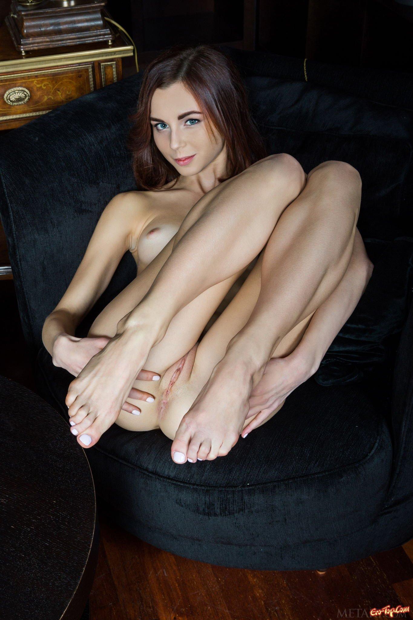 Девушка раздвигает ножки