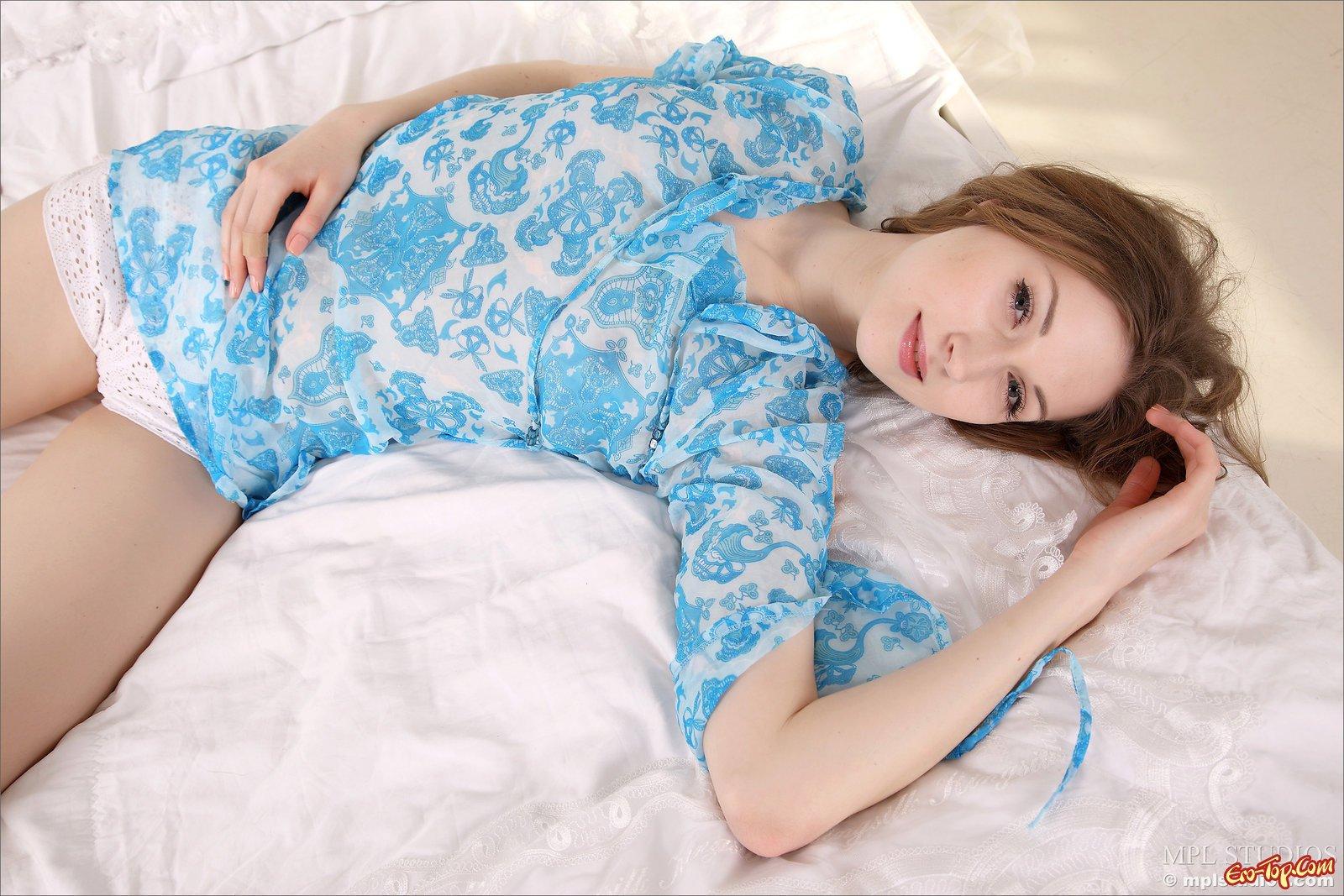 Красивая топ-модель в кроватке смотреть эротику