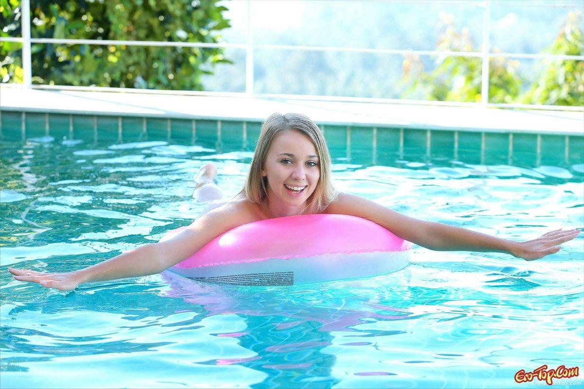 Нагая блондинка в бассейне
