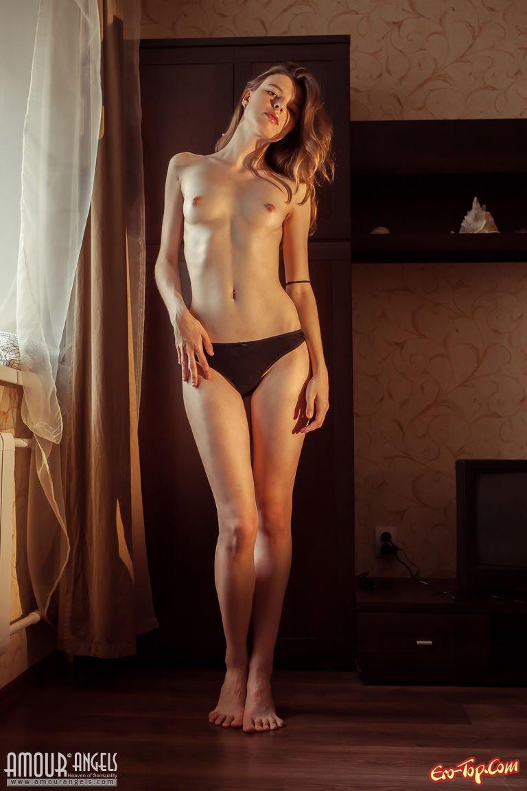 Нагая супермодель на подоконнике смотреть эротику