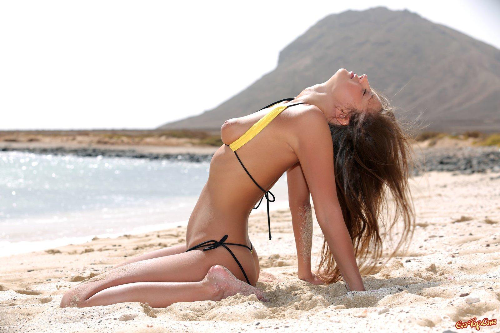 Девка в пляже на пляже