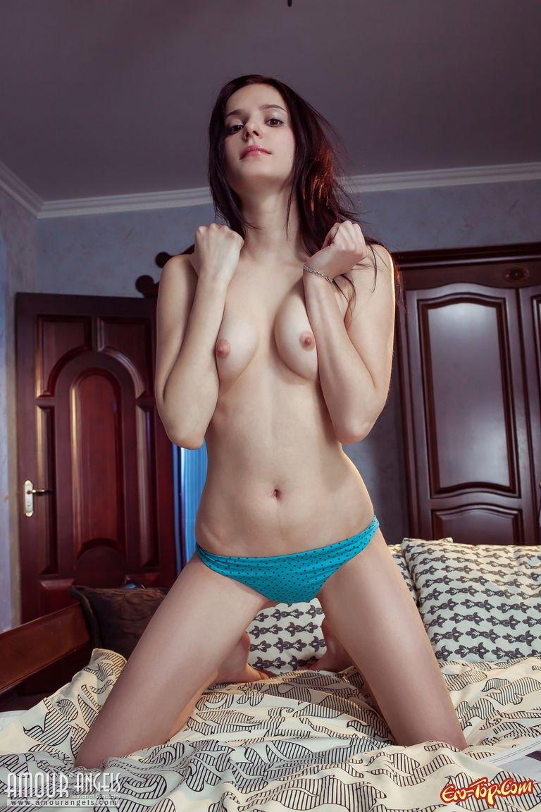 Деваха раздевается в спальне секс фото