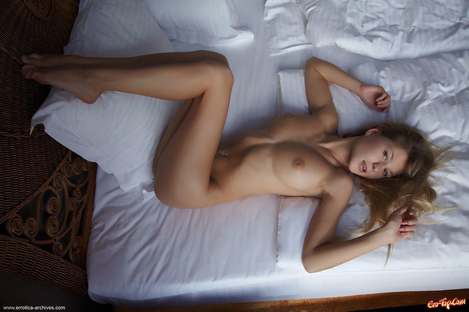 Большегрудая блондиночка с бритой киской