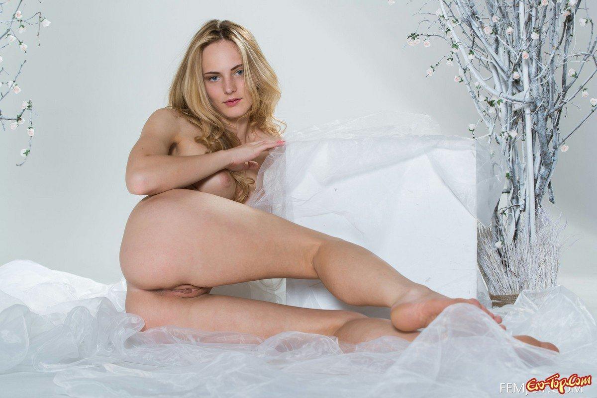 Блонди с изящной стриженной киской