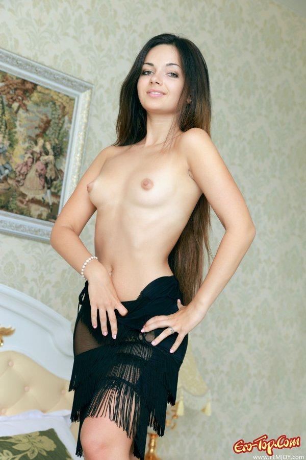Симпатичная голая темноволосая девка с хорошими волосами