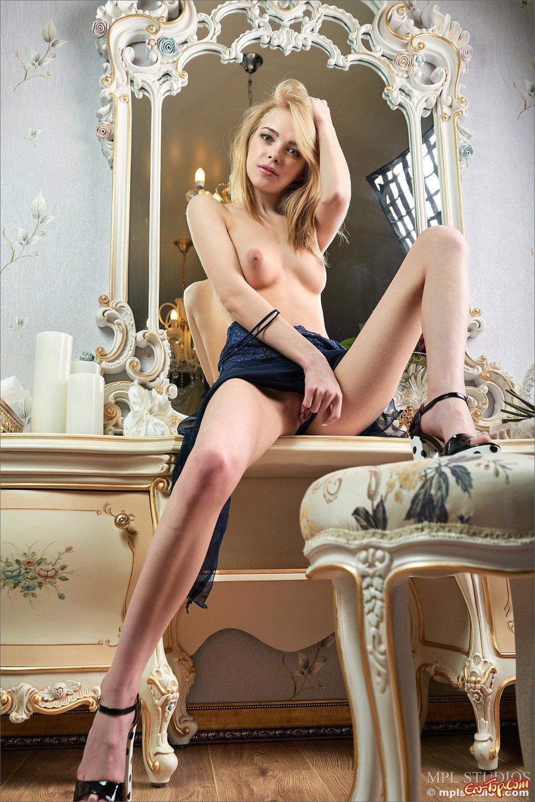Блондинка снимает нижнее бельё