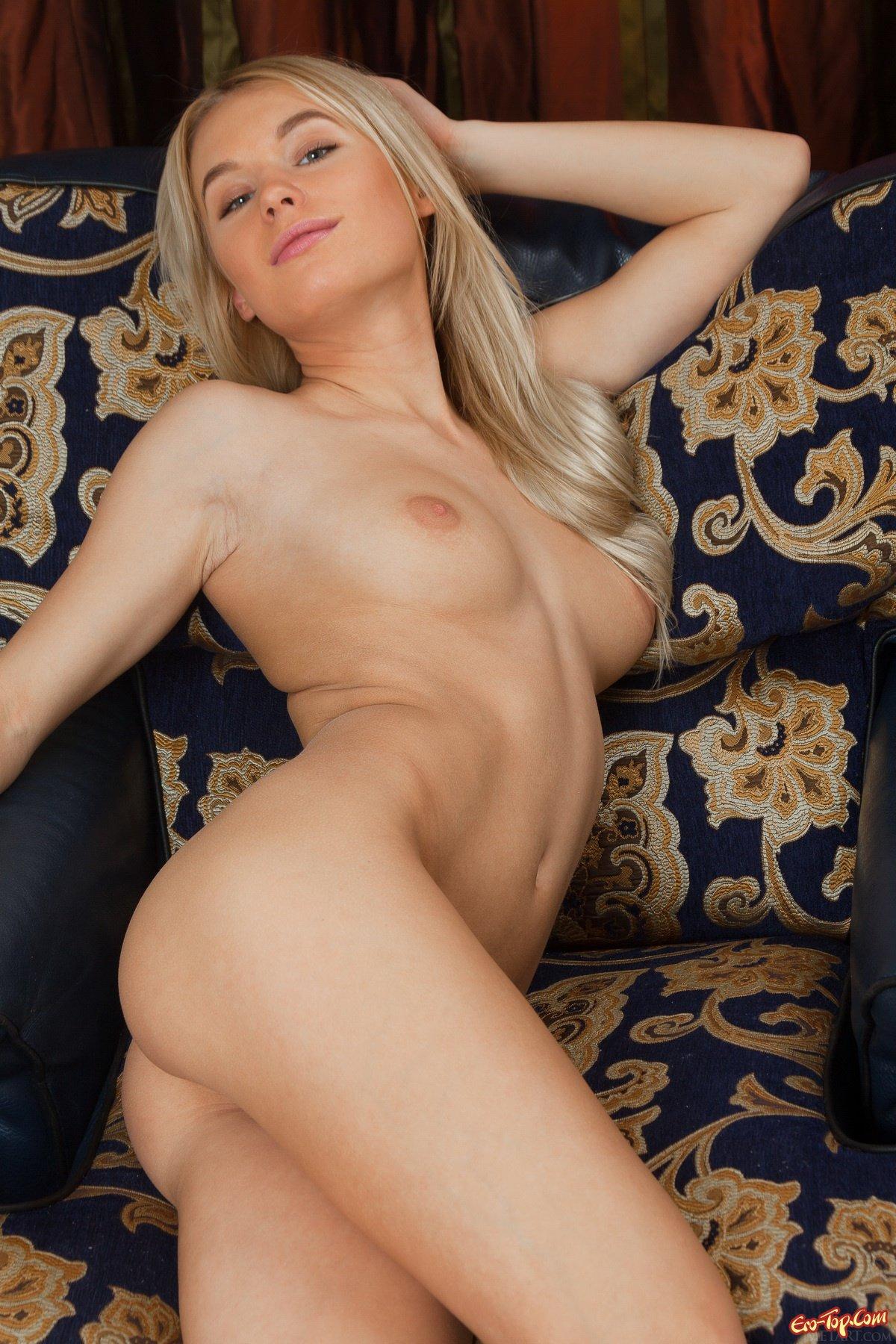 Блонди с голой попкой и писей