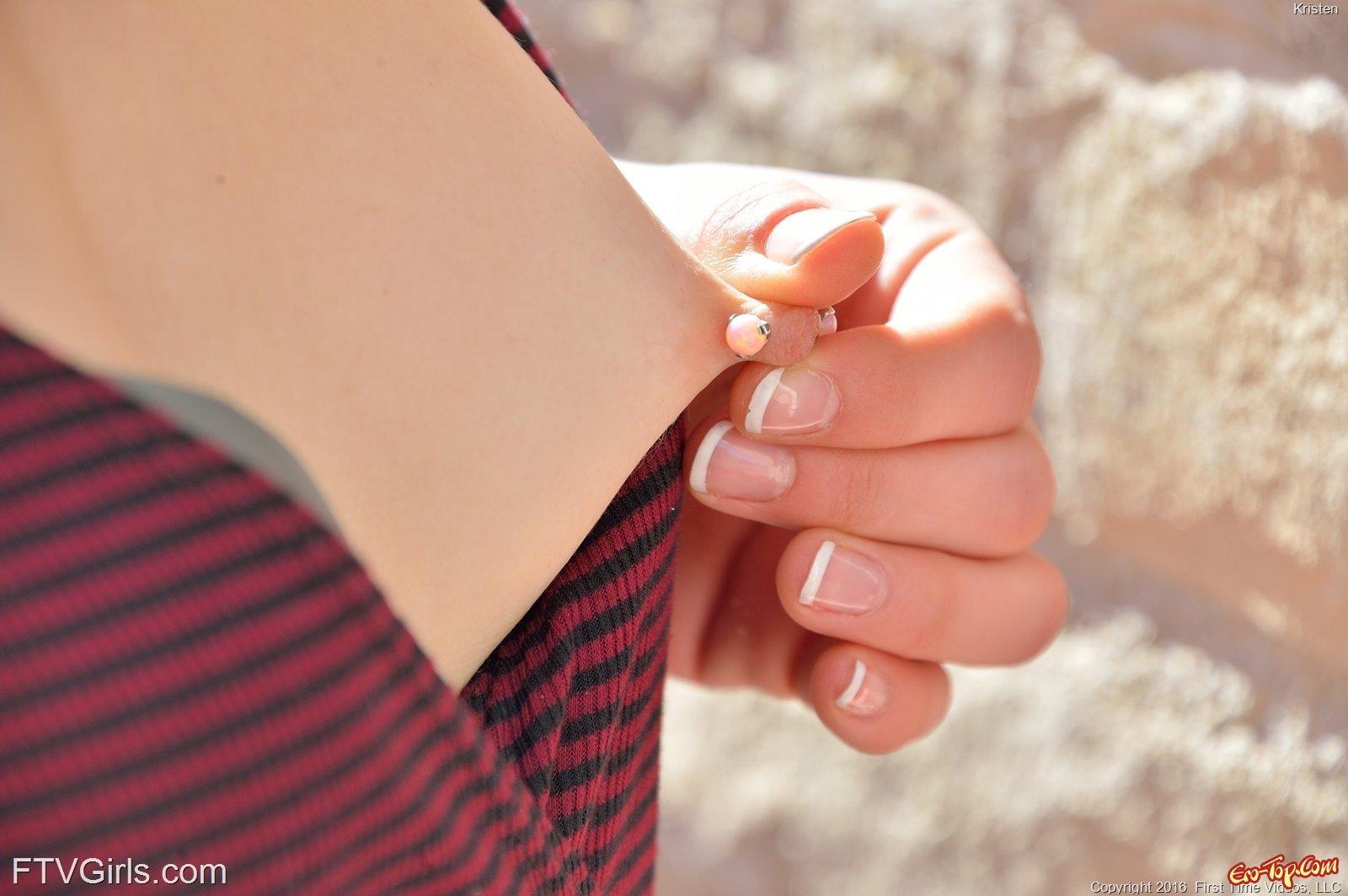 Задрала платье без трусиков