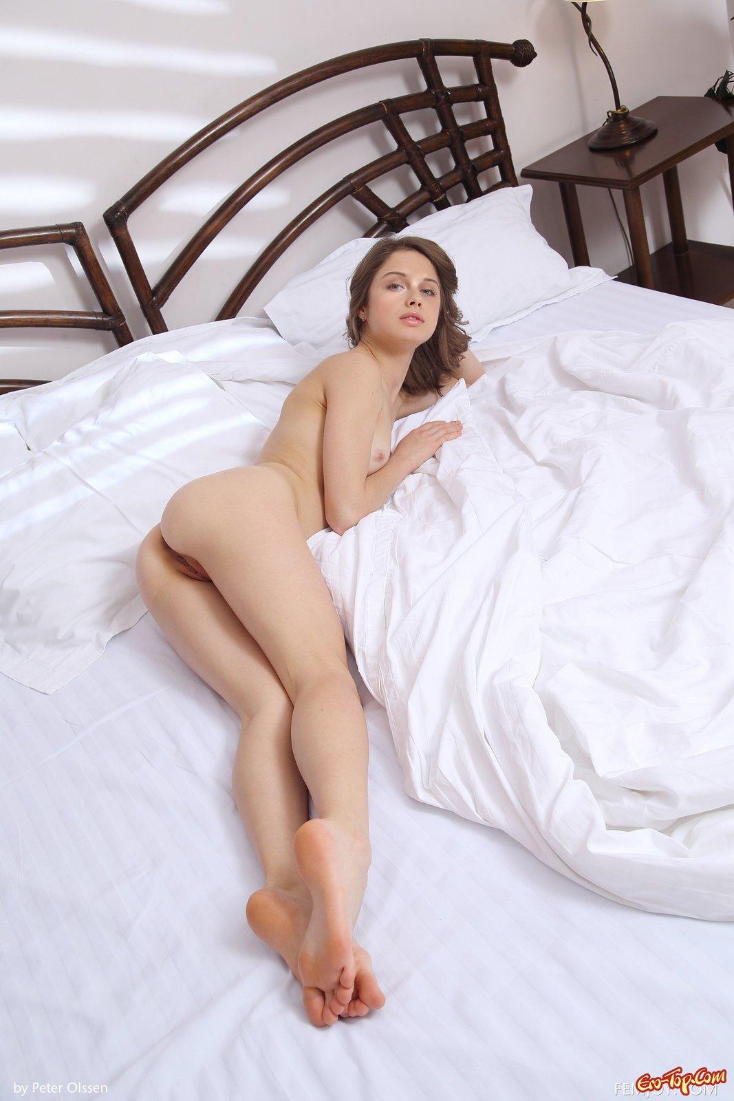 Обнаженная красотка в кровати