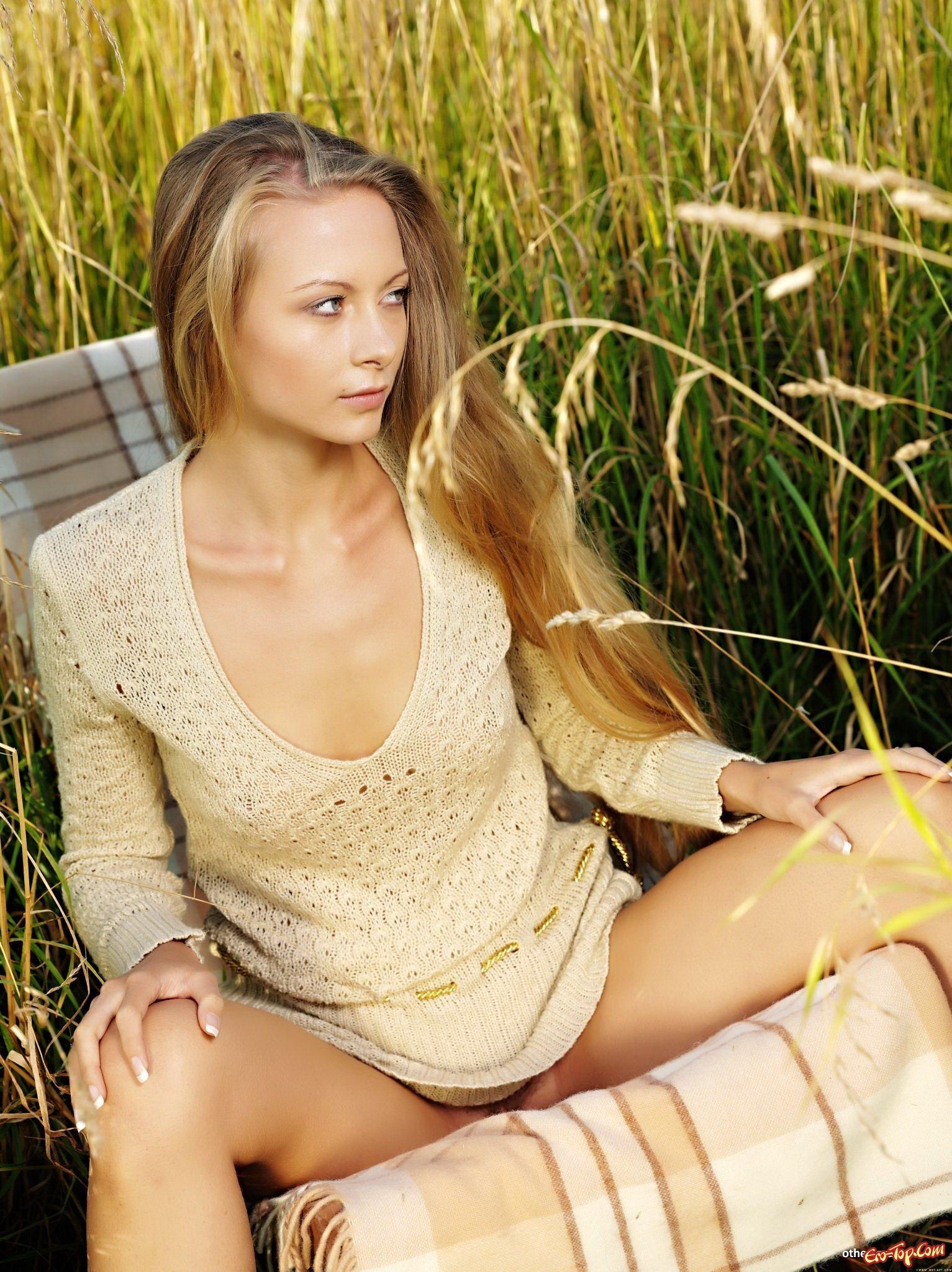 Классная блондиночка в поле смотреть эротику