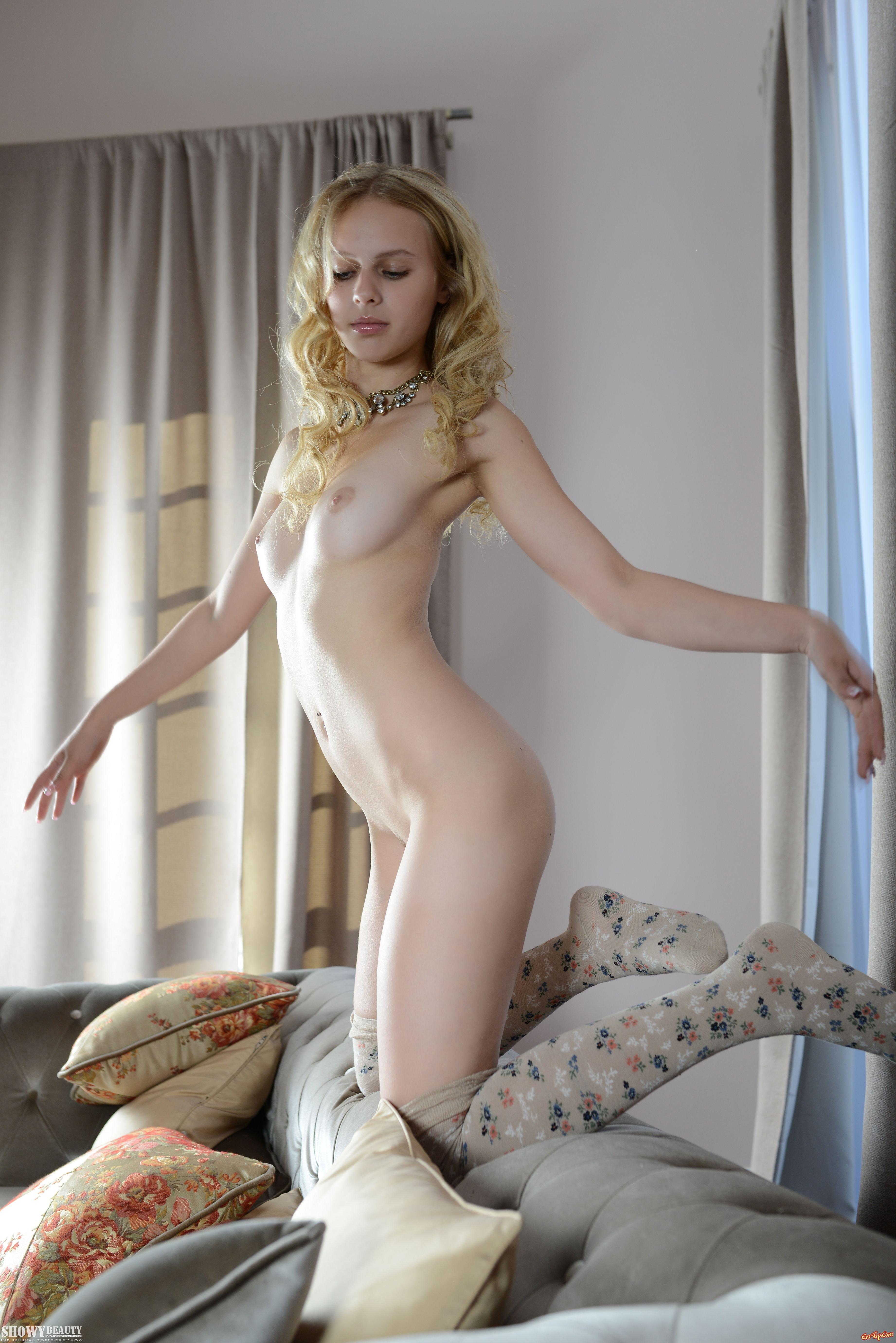 Обнаженная блонди с хорошеньким телом