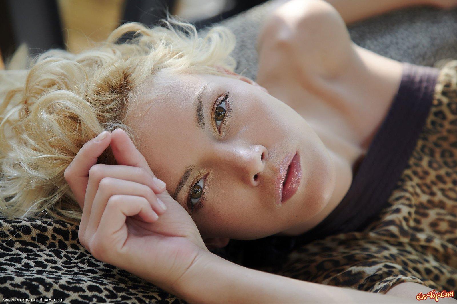 Кудрявая обнаженная блондинка с соблазнительной киской