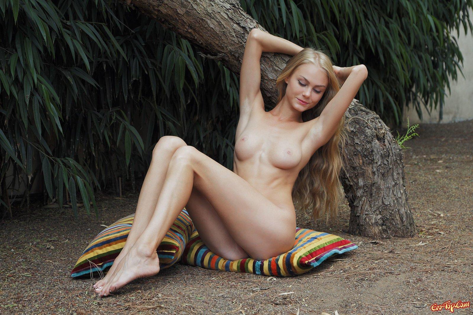 Вонючая блондиночка скинула белоснежные трусики секс фото