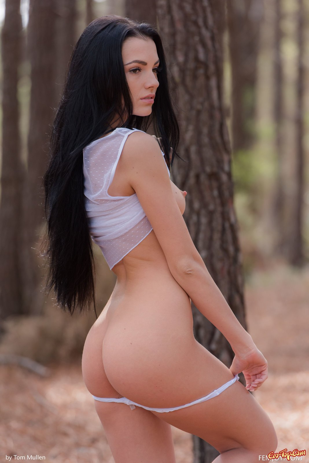 Привлекательная голая русая порноактрисса в саду