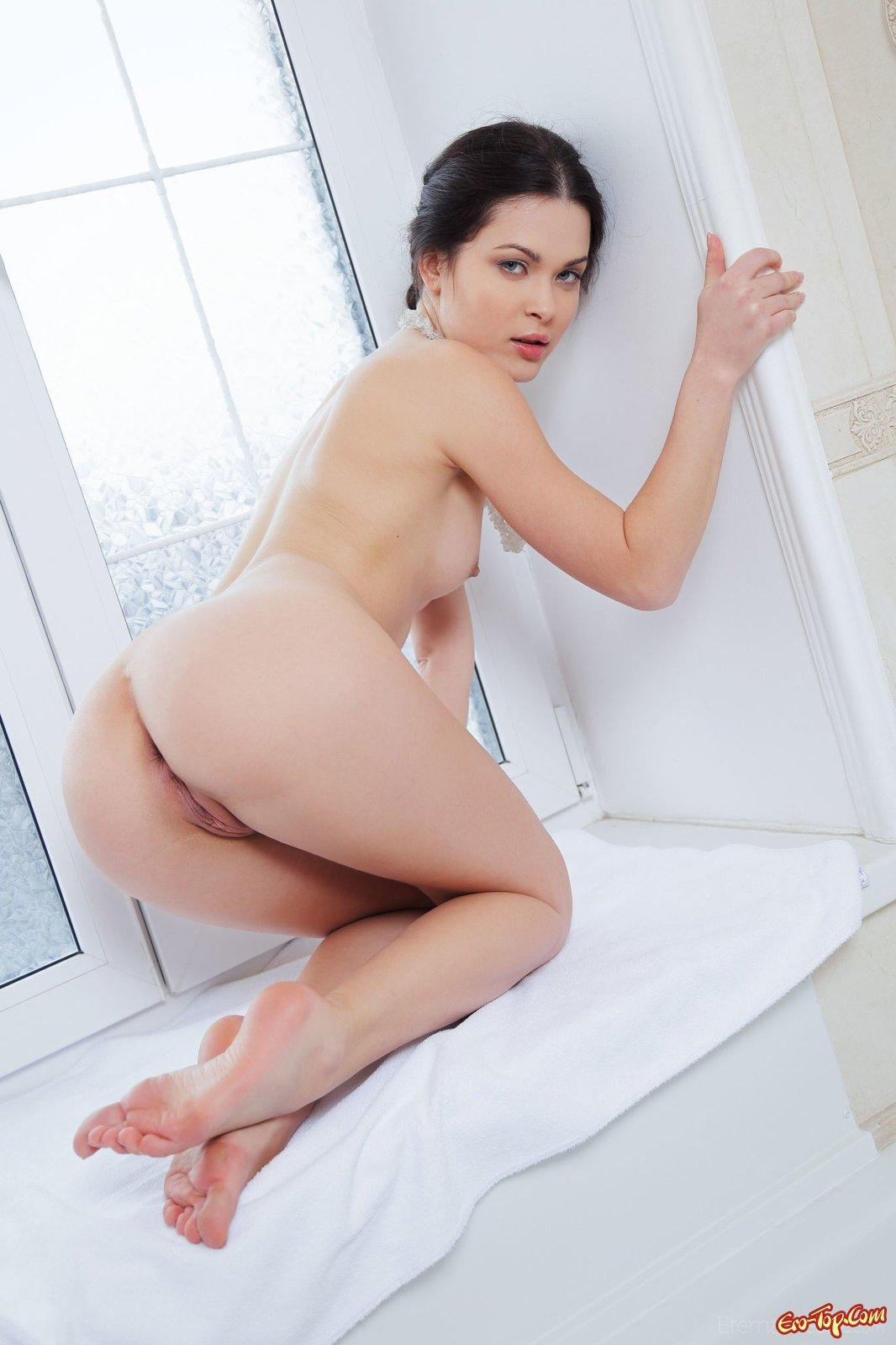Сексуальная девушка в ванной комнате