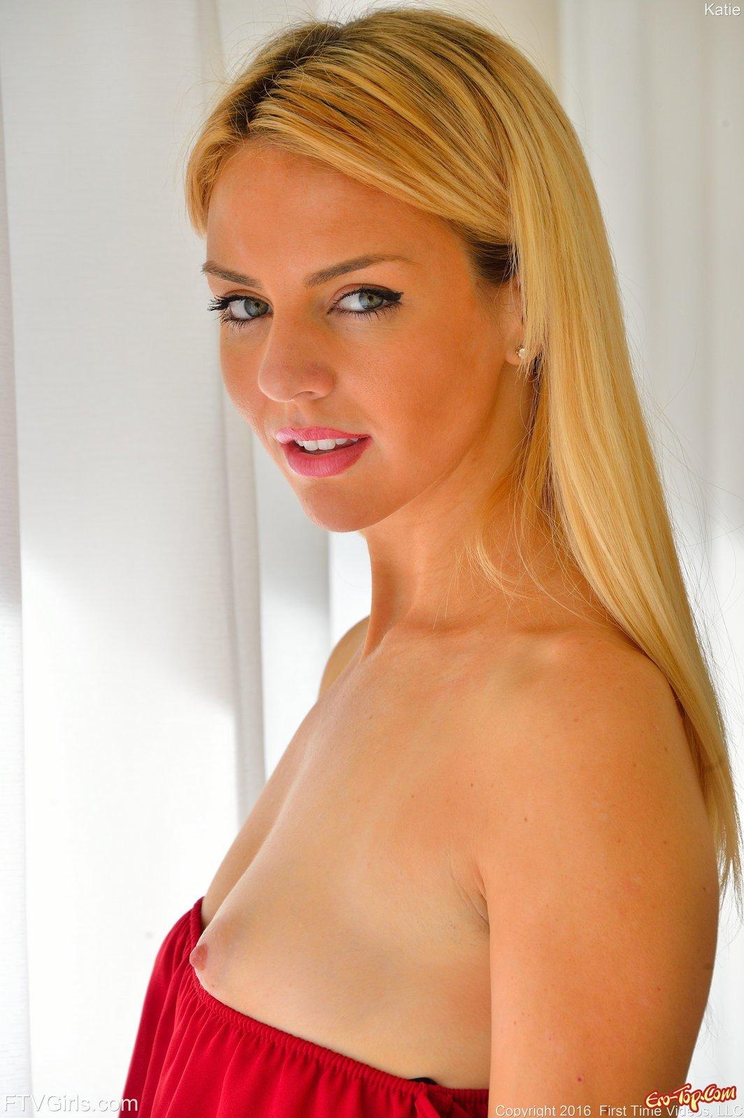 Модель со свелыми волосами без трусиков встала раком секс фото