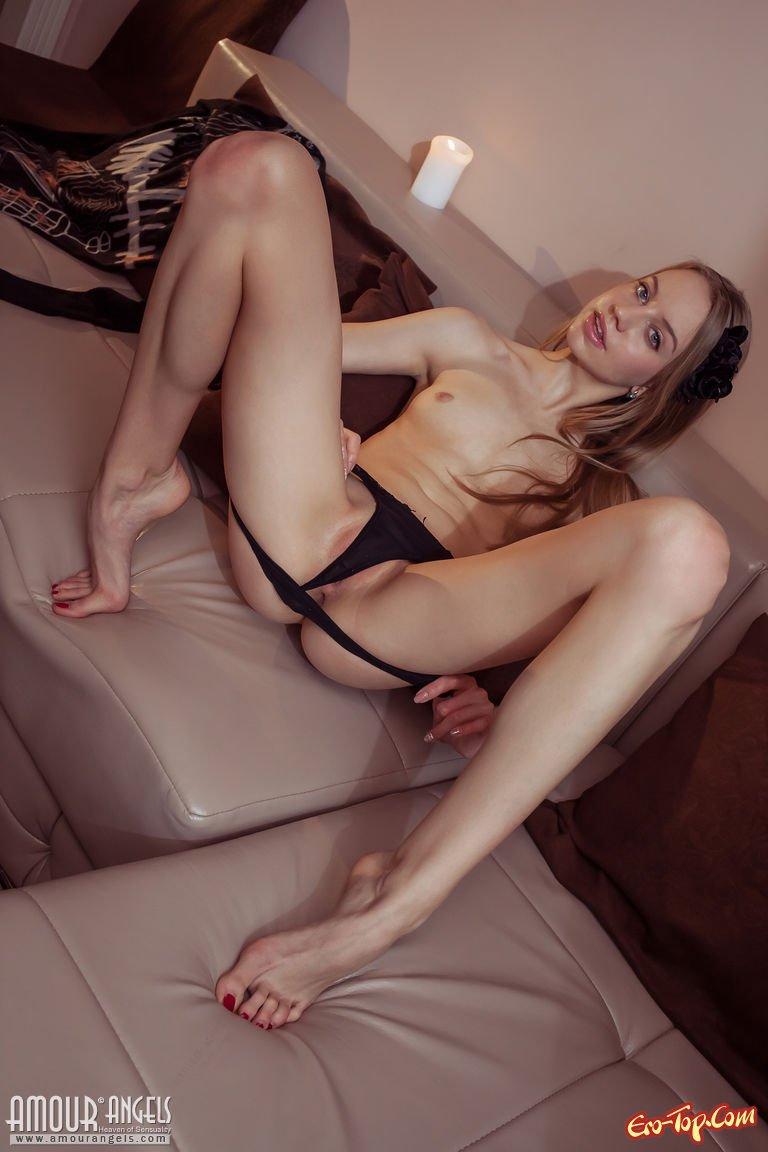 Блонди с озорной выбритой киской