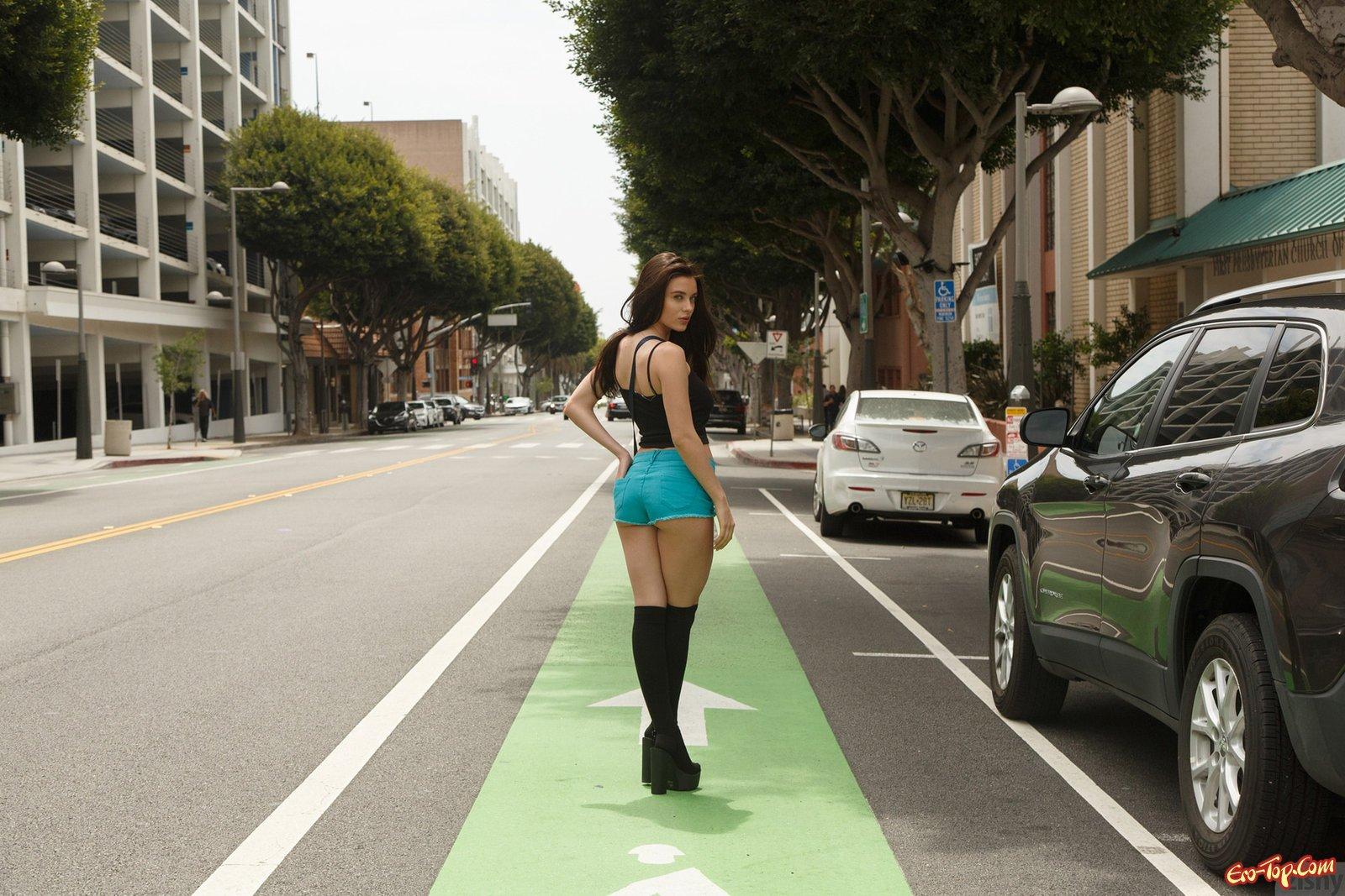 Сексуальная девушка на улице