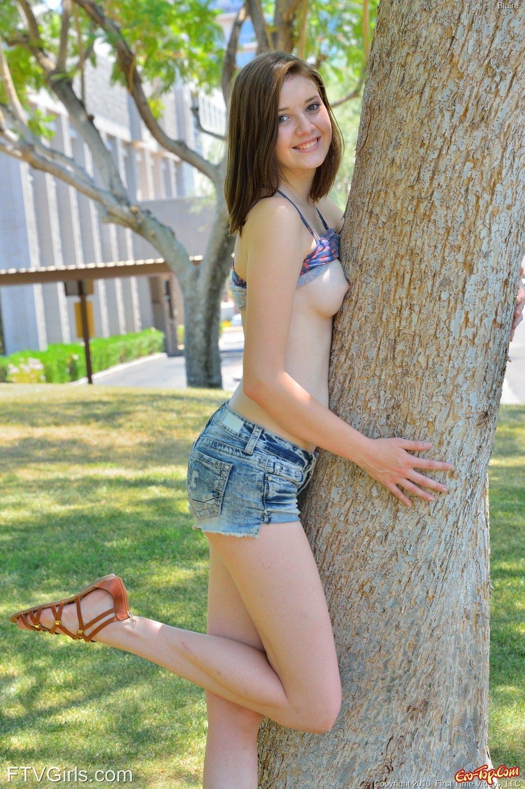 Сексуальная девушка в шортиках