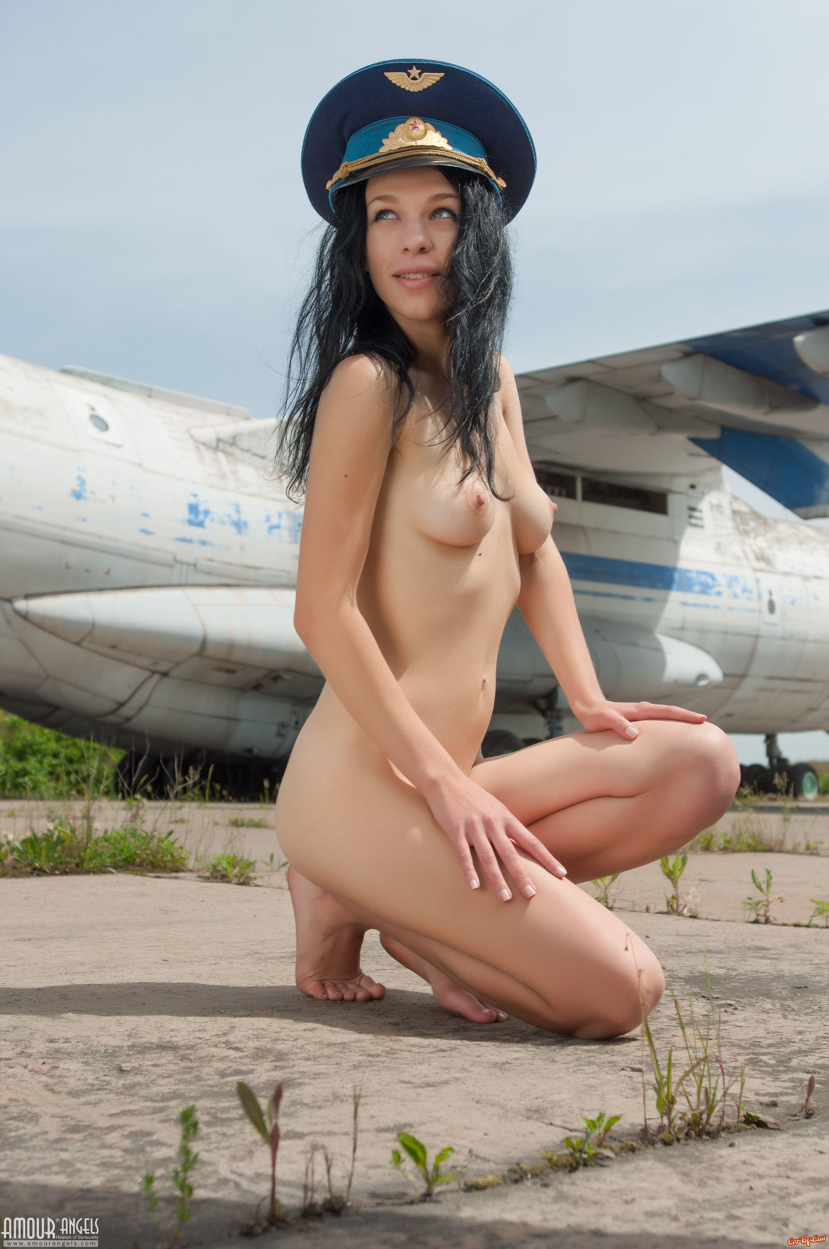 Голая стюардесса у самолёта