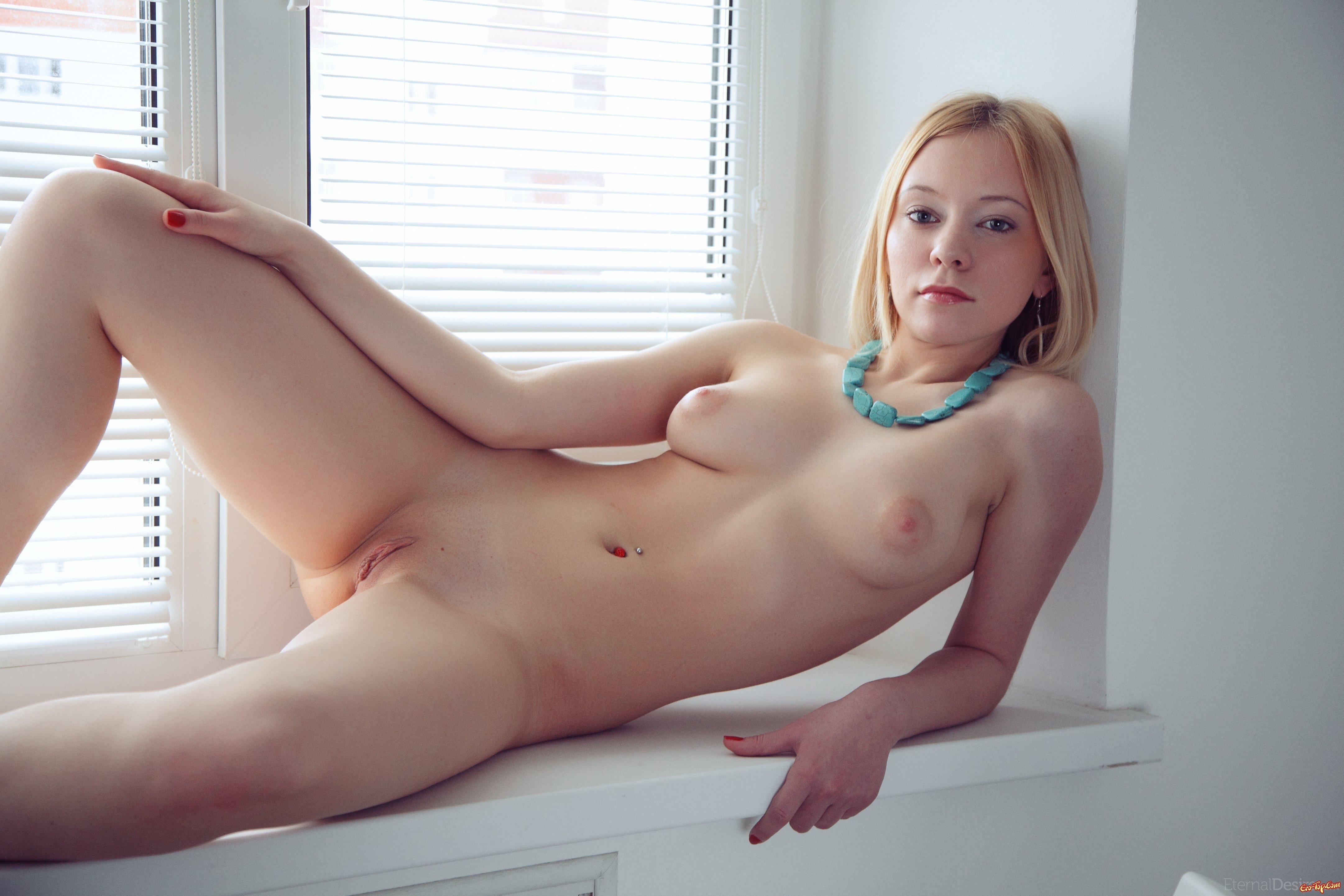 Обнаженная киска великолепной топ-модели блондинки секс фото