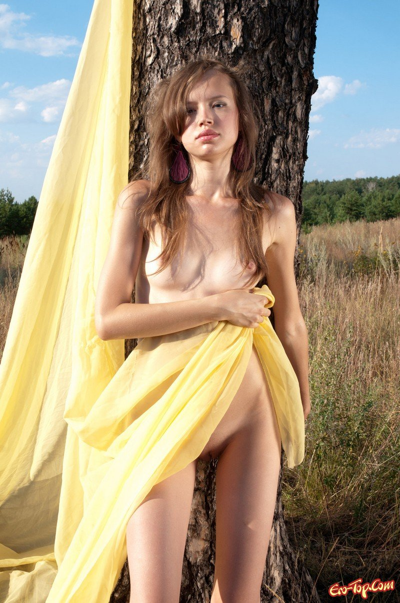 Голая девушка на природе