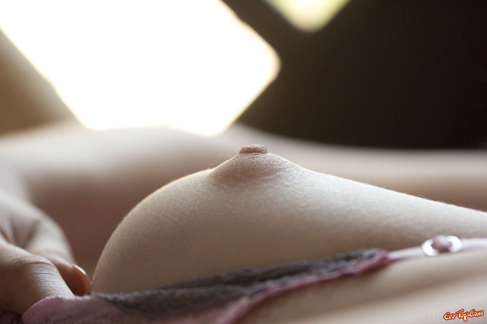Знойная светловолосая девушка с голой задницей