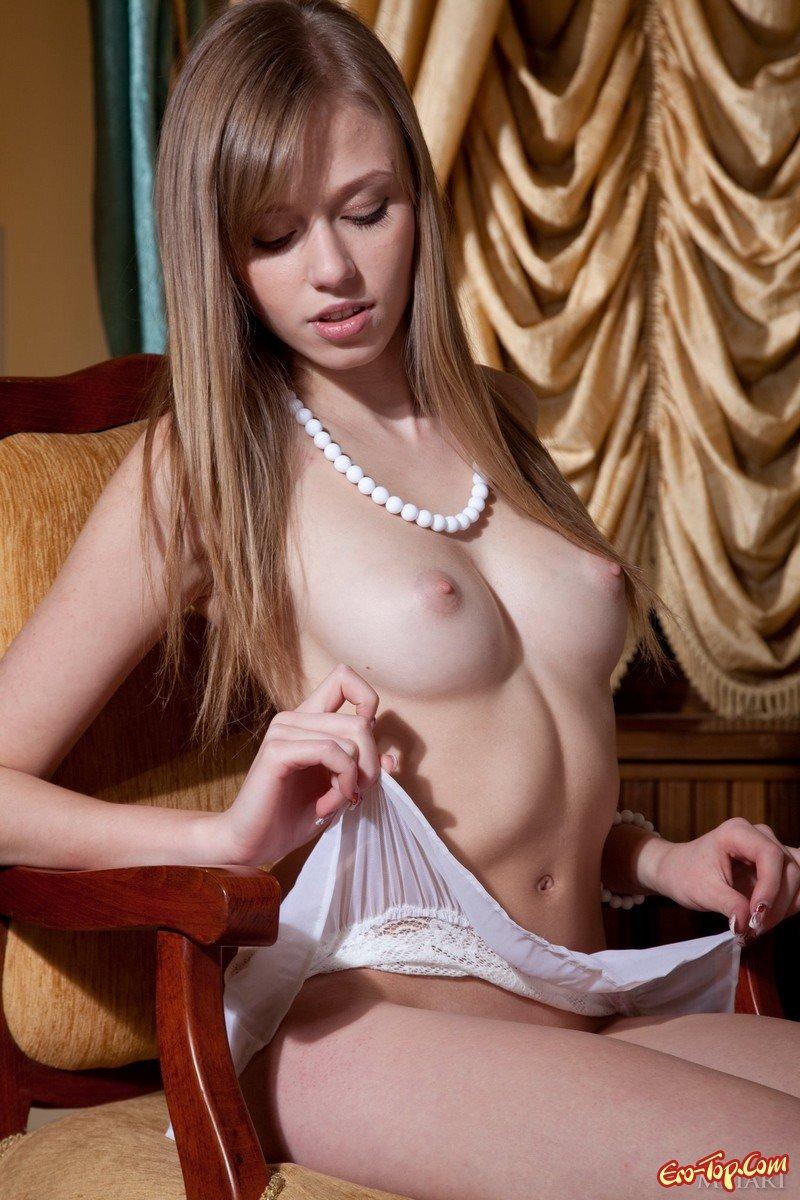 Привлекательная блонди с маленькой грудью