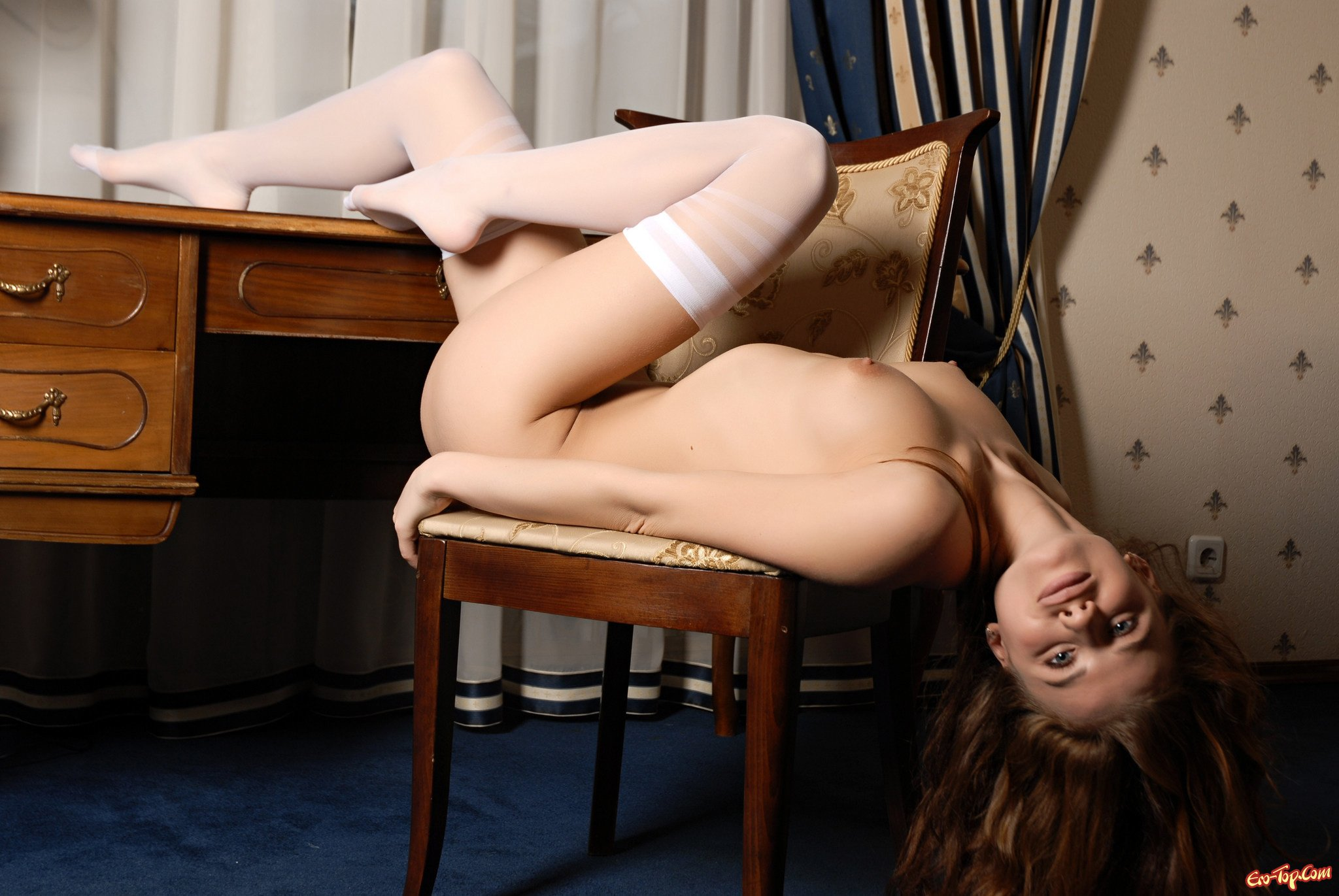 Хорошенькая раздетая телка в белых гольфах секс фото