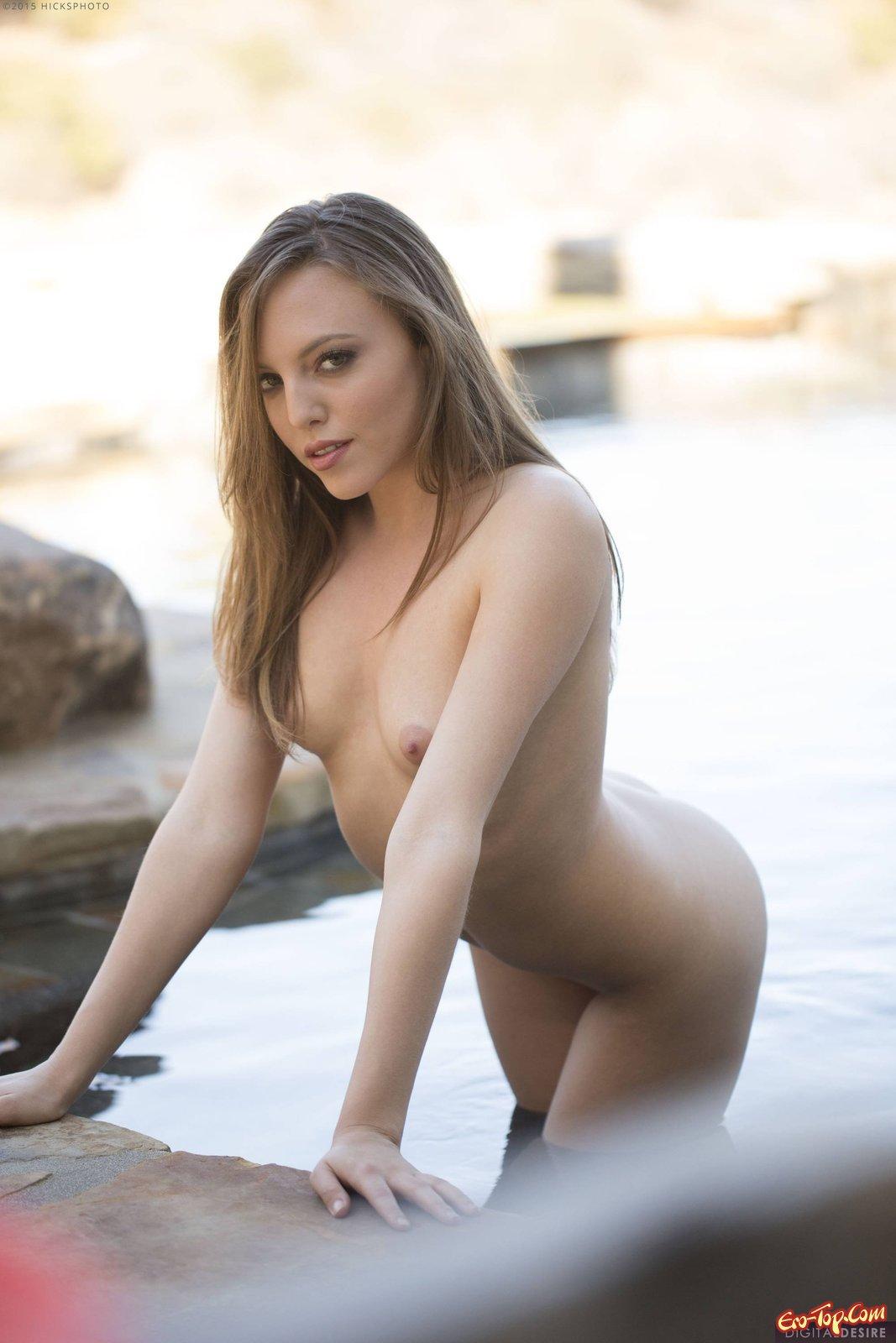 Голые девки с волосатыми письками купаются на речке