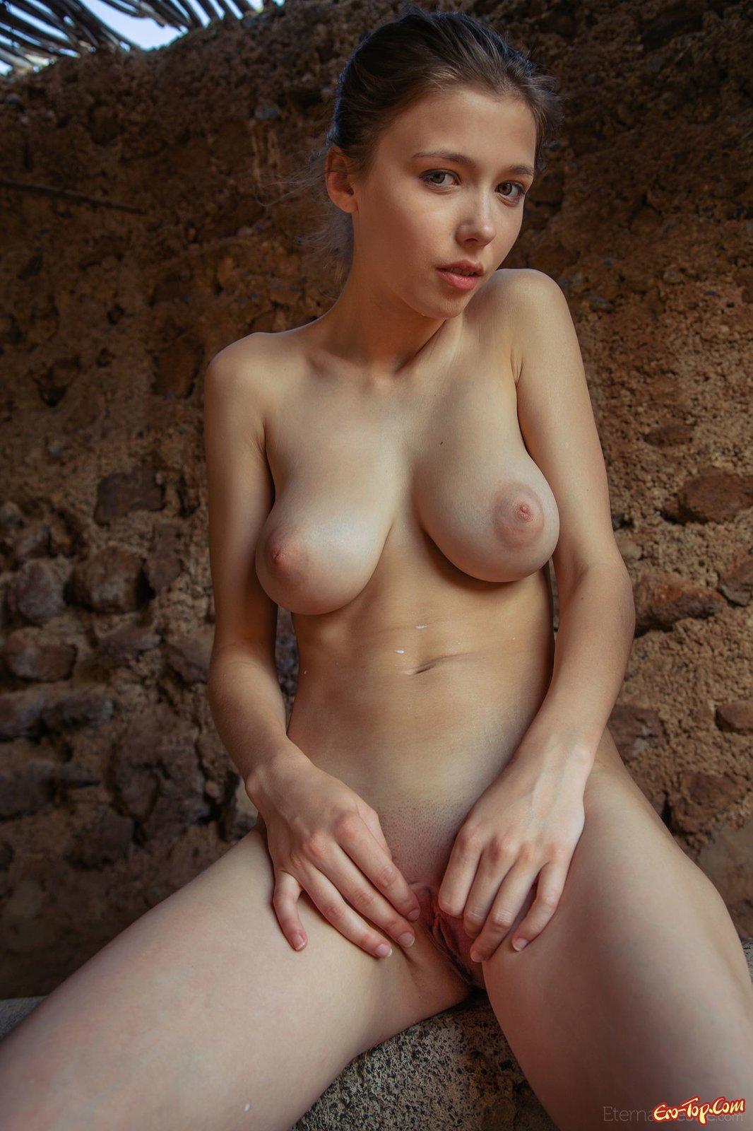 Сладкую попку голой девушку купают в горячем молоке с